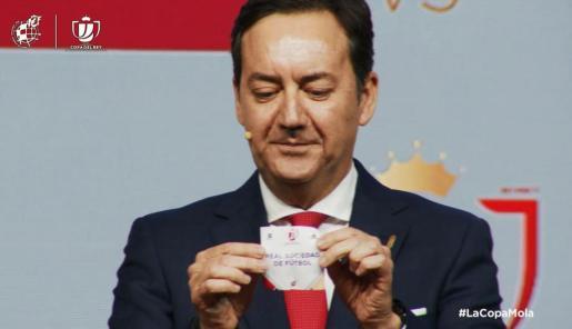 El representante del Mirandés extrae la papeleta de la Real Sociedad, su rival en el cruce de semifinales de la Copa del Rey.