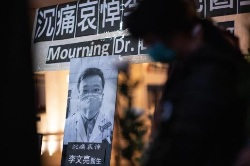 Varias personas presentan sus respetos al médico chino Li Wenliang durante una ceremonia en su memoria en Hong Kong, China, este viernes.