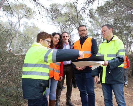 Los técnicos explican al alcalde y a la regidora la ejecución de las obras en el Bosque de Bellver.