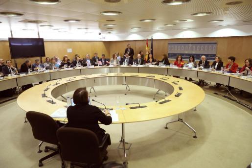 Vista general de la reunión del Consejo de Política Fiscal y Financiera (CPFF), presidida por la ministra de Hacienda, María Jesús Montero (6d), junto a la ministra de Política Territorial y Función Pública, Carolina Darias (6d), esta tarde en Madrid.