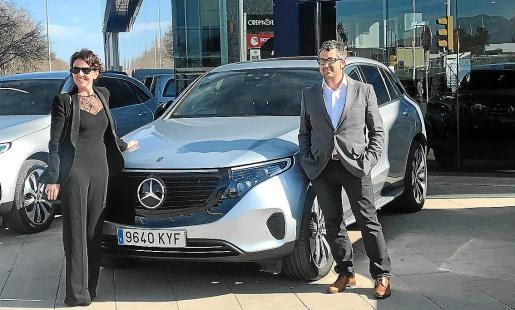María Vidal y Pablo Torner junto a la caravana EQC, el primer modelo 100% eléctrico de Mercedes.