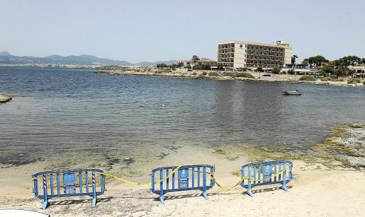 Imagen de una playa cerrada en Can Pastilla a raíz de un vertido de aguas fecales.