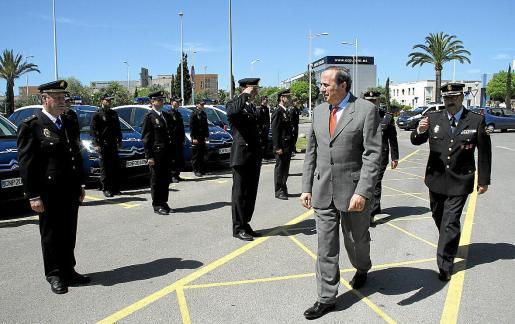 El exdelegado del Gobierno pasa revista a unos policías en formación.