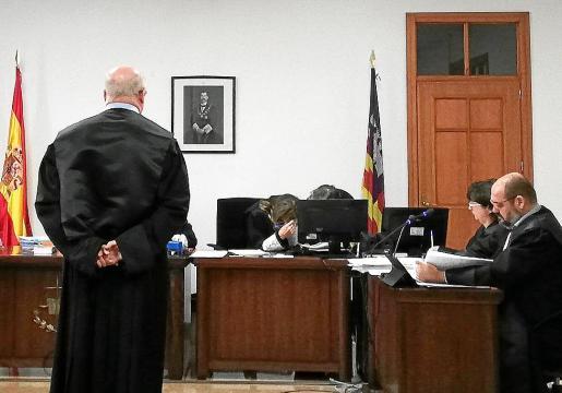 El acusado, el día del juicio, en una sala de lo Penal de los juzgados de Vía Alemania.