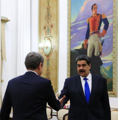 Fotografía cedida por la oficina de prensa de Miraflores donde se observa al presidente de Venezuela, Nicolás Maduro, recibir al expresidente del Gobierno español José Luis Rodríguez Zapatero.