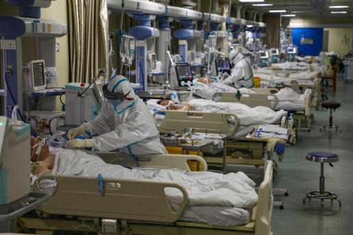 Médicos atendiendo a enfermos por el coronavirus.
