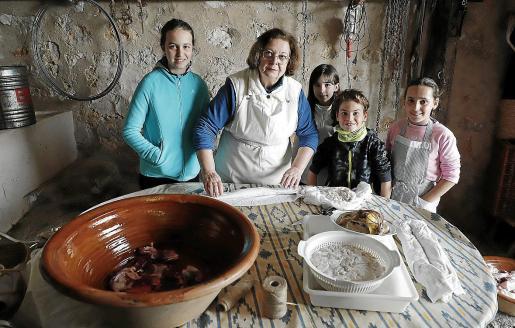 María Vidal, entre los más pequeños de la casa: Joana, María, Toni y Paula, quienes ayudaron en los preparativos.