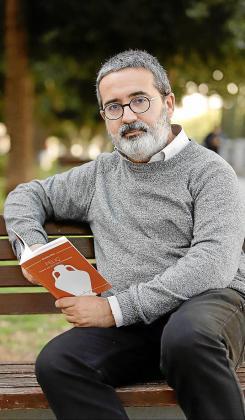Nicolau Dols, con su poemario 'Feliç', en Palma.