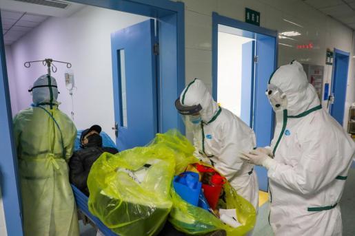 Médicos en un hospital, atendiendo a un afectado por coronavirus.