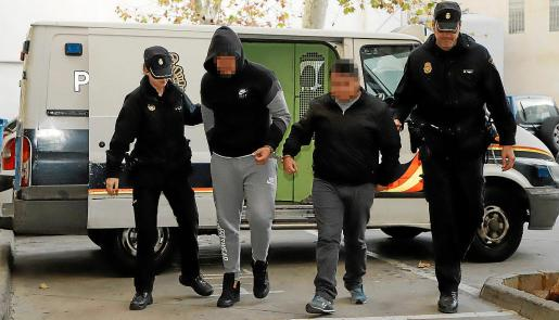 El detenido por el robo (a la izquierda) a su llegada este sábado a los juzgados de Palma.