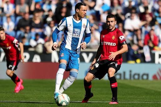 Raúl de Tomás, delantero del Espanyol, controla el balón ante Dani Rodríguez durante el partido disputado este domingo en el RCDE Stadium de Cornellá-El Prat.