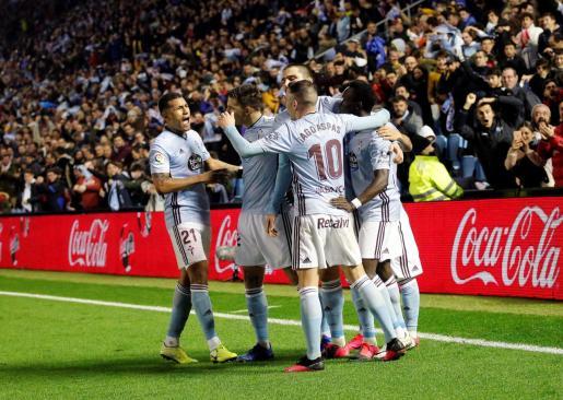 Los jugadores del Celta celebran el gol del danés Pione Sisto, en el partido disputado este domingo en el estadio Balaídos, en Vigo.