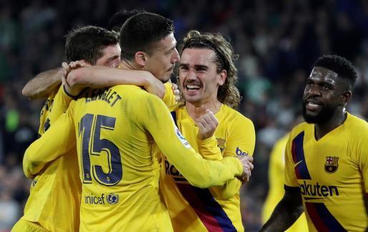 Los jugadores del Barcelona felicitan a Lenglet tras el tanto de la victoria de los azulgrana ante el Betis en Sevilla.