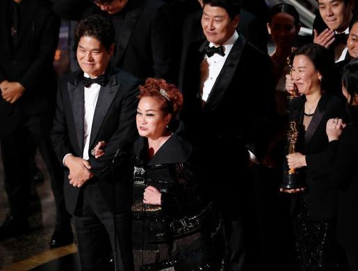 Miky Lee, con el Oscar a la Mejor Película.