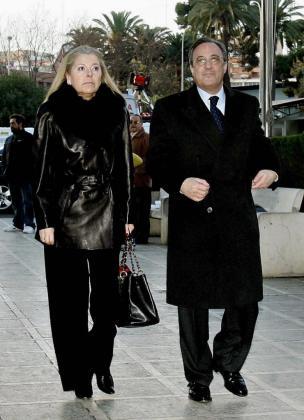 """Imagen de archivo correspondiente al 28 de diciembre de 2005 de María de los Ángeles Sandoval (i), conocida como """"Pitina"""", esposa del presidente del Real Madrid, Florentino Pérez, que ha fallecido hoy a los 62 años en Madrid."""