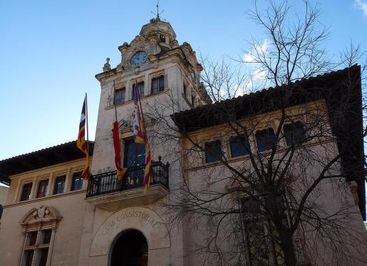 Suma discreción. El Ajuntament d'Alcúdia acogió ayer la reunión en la que participaron la alcaldesa Bàrbara Rebassa (PSOE) y el alcalde Llorenç Gelabert (PI), además de los técnicos municipales. Durante el encuentro se acordó pedir un informe al Ministerio de Hacienda, según apuntaron fuentes municipales.