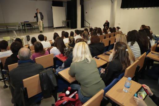 El salón de actos del IES Marratxí durante la charla.