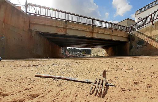 En el puente del Carrer Major también se han de llevar a cabo actuaciones tras la torrentada.