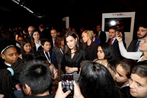 La reina Letizia (c) saluda a niños asistentes a la jornada organizada con motivo del Día de Internet Segura (SID 2020) en el Museo Reina Sofía en Madrid.