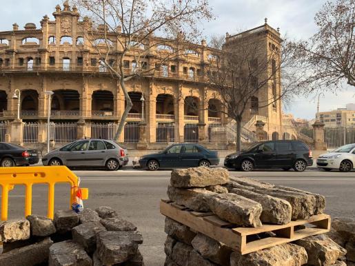 Imagen de los adoquines que se están retirando frente al Coliseo Balear.
