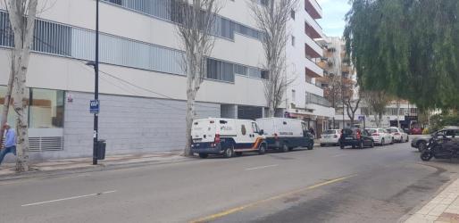 Coches de la Policía Nacional y la Guardia Civil en un juzgado de Ibiza.