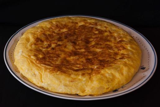 La tortilla de patatas es uno de los platos más populares y ricos.