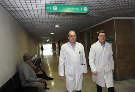 Javier Murillas y Jordi Reina, en la Unidad de Microbiología de Son Espases.