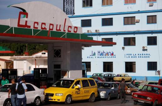 Varios vehículos esperan para abastecerse de combustible en una gasolinera este martes en La Habana (Cuba).