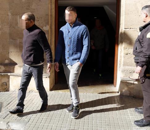 El acusado de violación, de azul, saliendo de los juzgados de Palma.