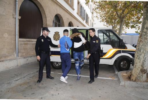 Uno de los detenidos, con capucha, en el juzgado de Vía Alemania.