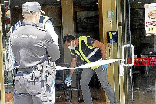 Un agente de la Policía Científica, marcando las pruebas.