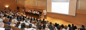 Trabajadores sanitarios se informan sobre el coronavirus