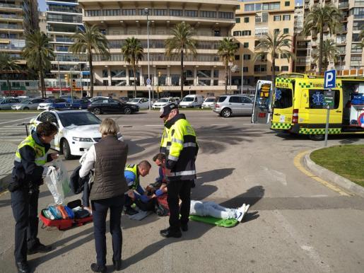 La Policía Portuaria y el personal del 061, atendiendo al joven herido en Palma.