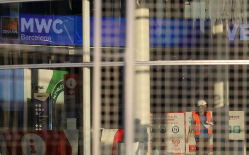 Un trabajador en la Fira de Barcelona donde debía realizarse el MWC.