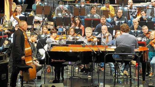 Imagen general de la Orquestra Simfònica y el Avishai Cohen Trio, en la que se puede apreciar al contrabajista cantando.