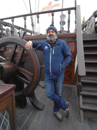 Ángel Rodríguez Alvariño, junto a la gran rueda de timón del galeón, en el castillo de popa.