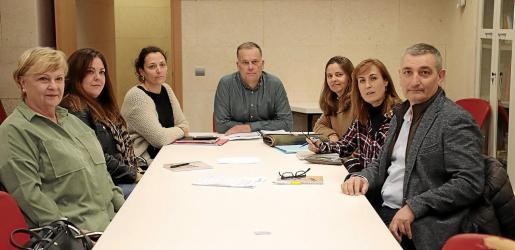 Llorenç Pou se reunió con representantes de los trabajadores afectados y de UGT para explicar las ayudas.