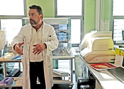 El jefe del laboratorio de Microbiología de Son Espases, Antonio Oliver, con una máquina de PCR.
