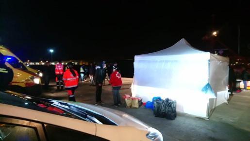 Dispositivo de la Cruz Roja para atender a las 13 personas llegadas en patera la pasada noche a las costas de Deià.