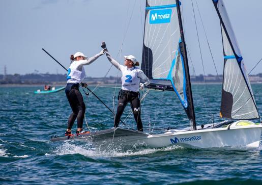 Támara Echegoyen y Paula Barceló celebran su segunda posición tras la jornada del jueves.