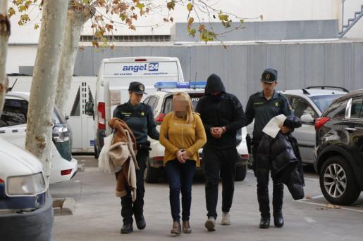 Dos de los detenidos, en el momento de pasar a disposición judicial.