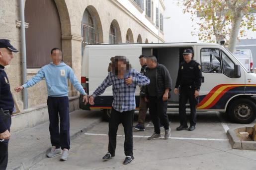 El detenido por el apuñalamiento en la plaza de las Columnas, a la izquierda y con jersey azul celeste, pasará a disposición del juez.