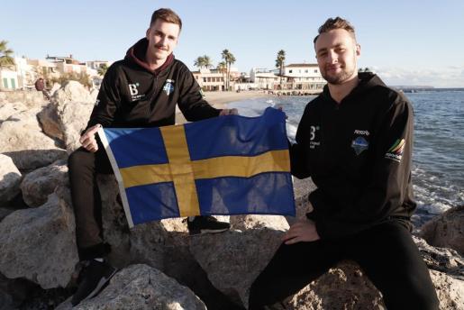 Alexander Lindqvist y Johan Löfberg posan con una bandera de Suecia.