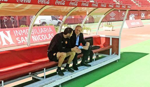 Vicente Moreno conversa con Andy Kohlberg en el banquillo de Son Moix. El presidente ha puesto orden y reorganizado el club.