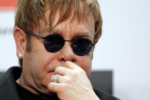 Imagen de archivo del pasado 9 de noviembre de 2011 que muestra al cantante británico Elton John durante una rueda de prensa celebrada en Kiev, Ucrania.