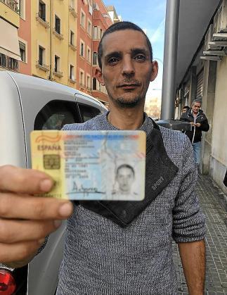 Antonio no tiene dinero ni para hacerse las fotos para renovar el DNI.