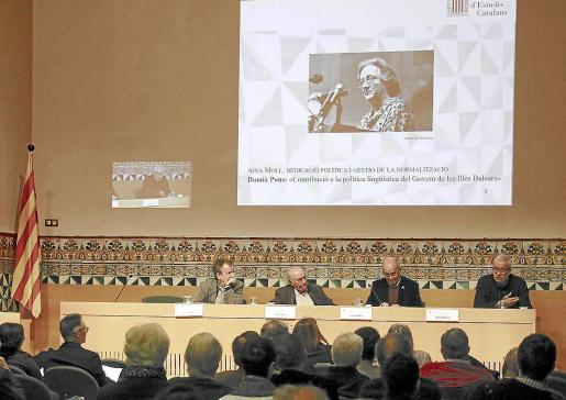 Vicent Pitarch, Joan Veny, Isidor Marí y Damià Pons, en la sede del IEC, durante el homenaje a Aina Moll.