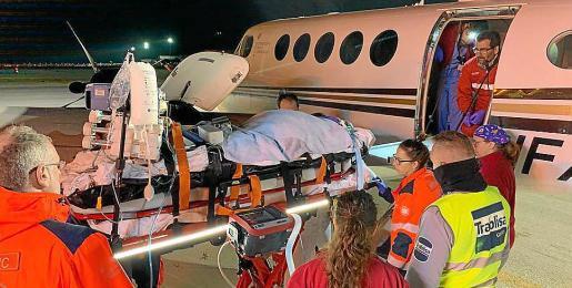Momento en que se efectúa el traslado del paciente hasta el avión que lo llevó hasta Barcelona.