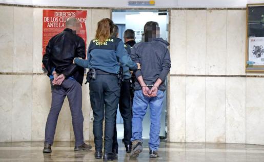 El constructor detenido, a la izquierda, custodiado por la Guardia Civil, este jueves en los juzgados de Vía Alemania de Palma.