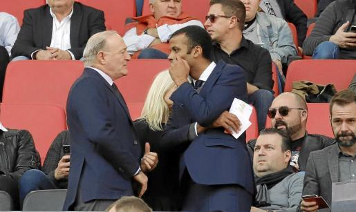 Andy Kohlberg dialoga con Maheta Molango, en el palco presidencial, durante un partido del Mallorca.
